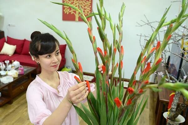Cắm hoa bàn thờ thể hiện lòng thành kính