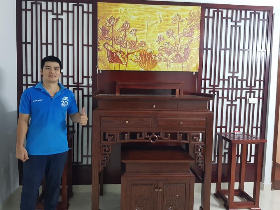 Kiến trúc sư Đào Nhung bên cạnh một mẫu bàn thờ đứng