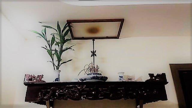 Trần nhà bị ám khói sau thời gian dài sử dụng bàn thờ treo tường