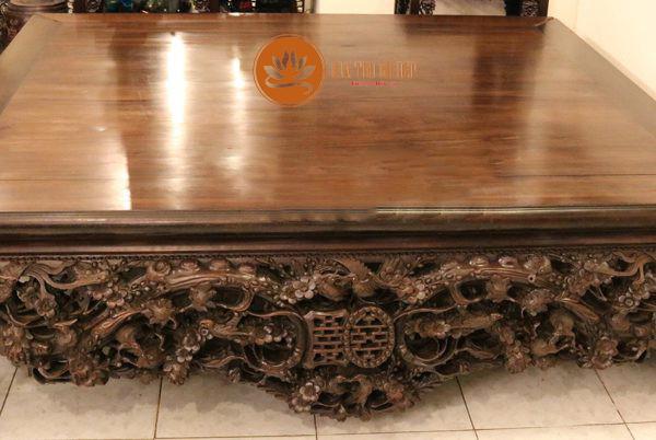 Họa tiết trên bàn thờ được chạm khắc tinh xảo