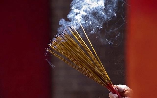 Cách hóa giải bát hương bị bốc cháy