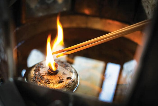 Có nên thắp hương liên tục cho người mới mất?