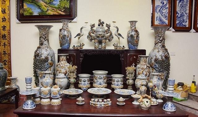 Một bàn thờ đầy đủ bộ đồ thờ gia tiên