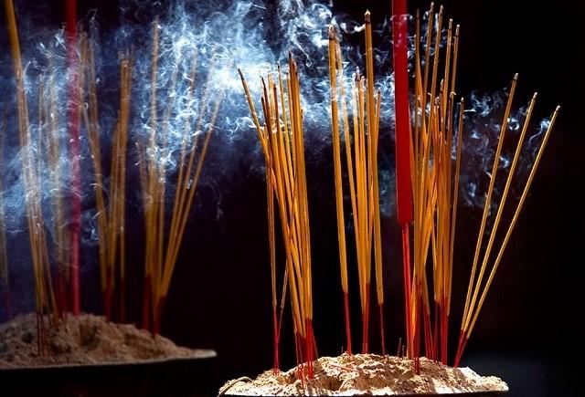 Một số lưu ý khi thắp hương để giữ được tài lộc