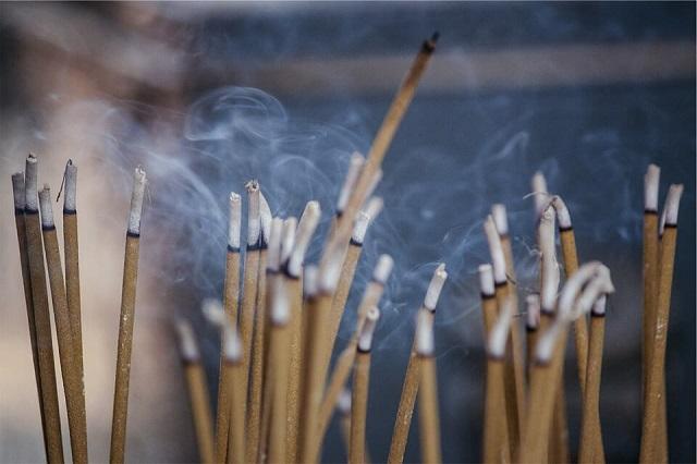 Sử dụng hương sạch để thắp hương