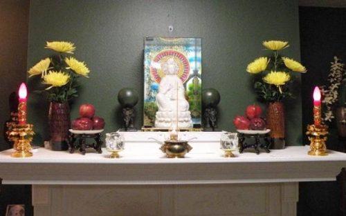 Bát hương phải tương xứng với kích thước tượng Phật và không gian bàn thờ