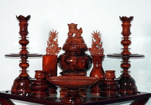 Đồ thờ bằng gỗ thể hiện không khí linh thiêng, trang nghiêm