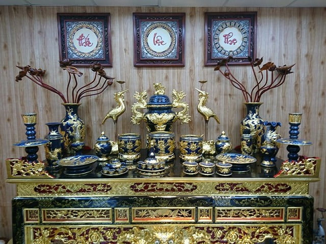 Thắp hương là phong tục thờ cúng quen thuộc của người Việt