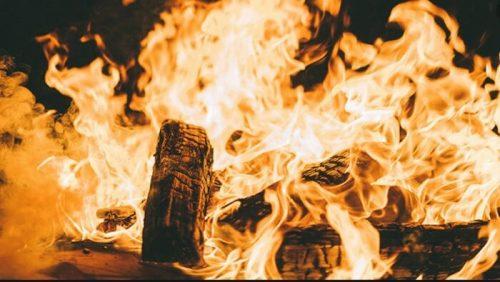 Giấc mộng lửa cháy thành một đống là điềm may mắn.