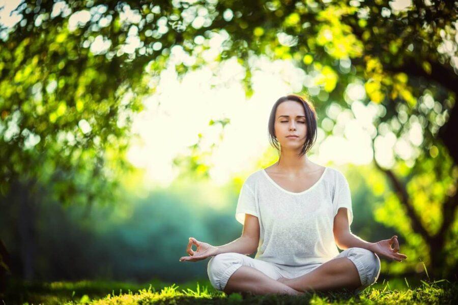 Khởi động các khớp trên cơ thể để làm thư giãn khớp xương và tạo cảm giác thoải mái.